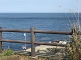 秋の浜の上の小さな石碑