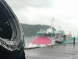 冷たい雨の中、到着するジェット船