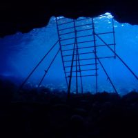 青い海とハシゴ